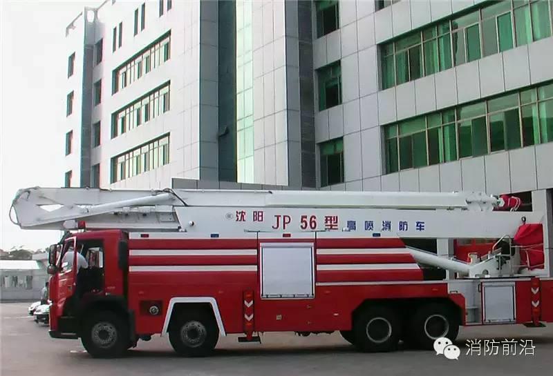 强臂破拆消防车 住址:成都市消防支队特勤二中队 特长:集液压破碎、抓钳(剪切)、起重、喷水(泡沫)灭火为一体的多功能消防车,它拥有一个强有力的伸缩式工作臂,能对地面或者高空一些坚硬的障碍物进行破拆。打击达1000J、切断力30T。此外,该车配备的远程无线智能控制系统,能实现支腿、吊臂、炮头的各种操作。 职能:一旦遇到坚固的建筑物内发生火灾,消防官兵无法进入,或者进入灭火存在较大的危险时,该车即可派上用场。消防官兵只需站在50米外,就可遥控强臂车将机械臂伸到建筑物上方或侧面,以金属钻头破开钢筋混凝土等坚
